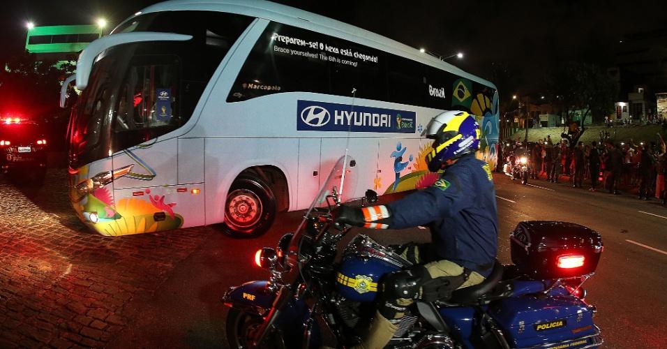 02.jul.2014 - Ônibus com a delegação da seleção brasileira chega escoltado por batedores a hotel em Fortaleza