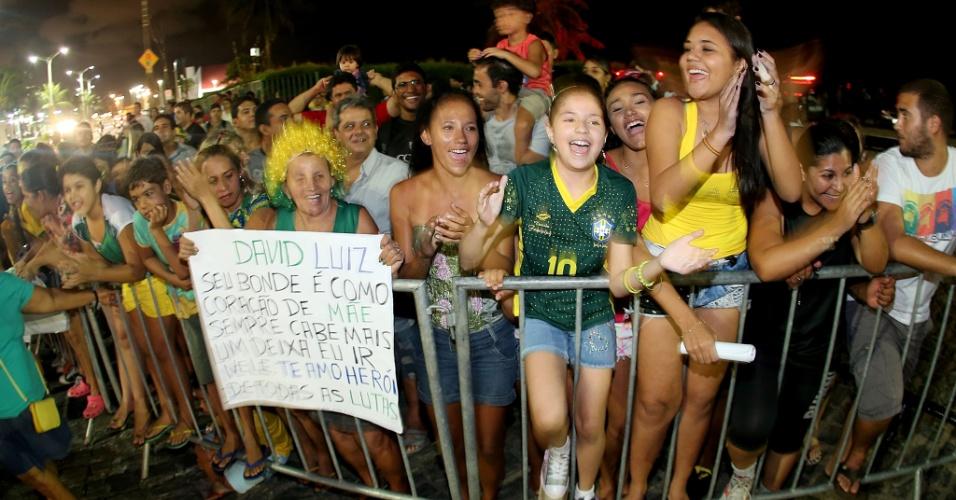02.jul.2014 - Seleção brasileira é recebida por multidão em hotel de Fortaleza