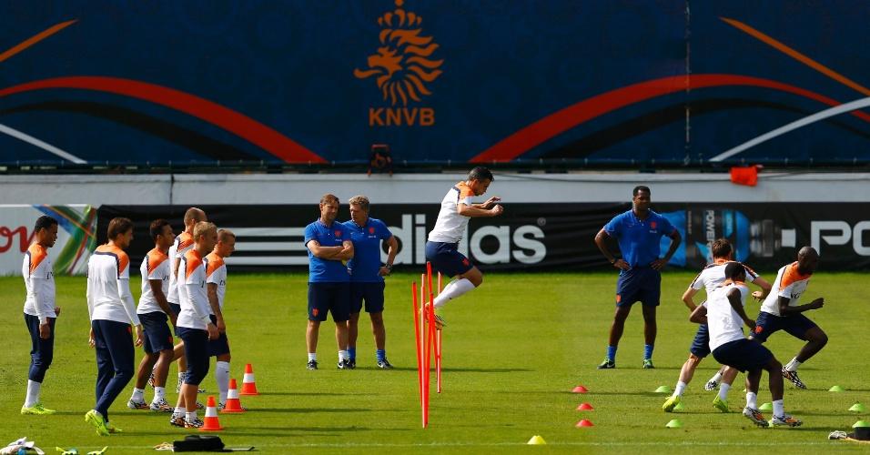02.jul.2014 - Seleção da Holanda passa por circuito de exercícios durante treinamento realizado em Salvador