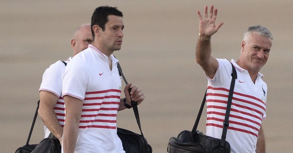 02.jul.2014 - Técnico da seleção francesa acena em aeroporto de Ribeirão Preto antes de voo para o Rio de Janeiro
