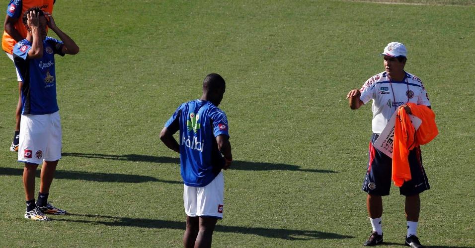 02.jul.2014 - Técnico Jorge Luis Pinto conversa com o atacante Campbell durante treino da Costa Rica, em Santos