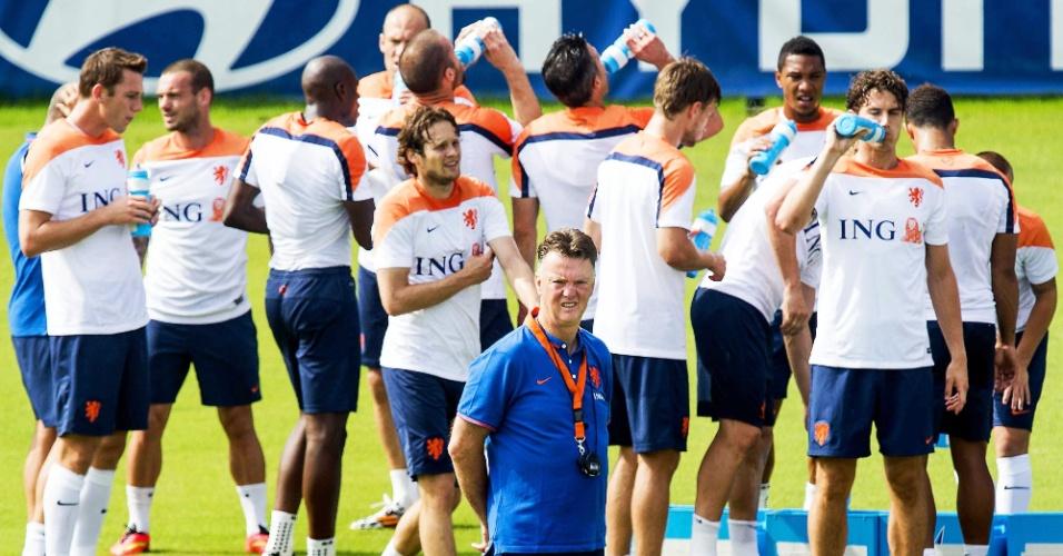 02.jul.2014 - Técnico Louis Van Gaal comanda treinamento da seleção holandesa no Rio de Janeiro antes de duelo pelas quartas de final da Copa do Mundo