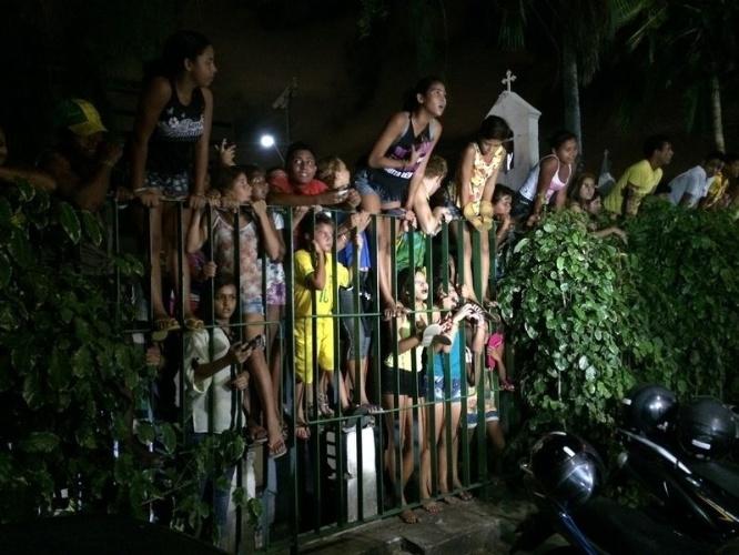 02.jul.2014 - Torcedoras escalam grade para verem chegada da seleção brasileira a hotel em Fortaleza