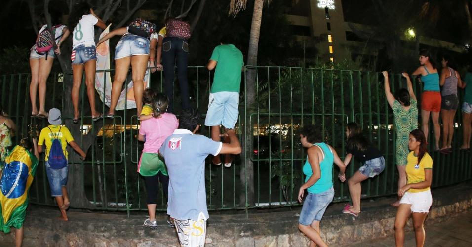 02.jul.2014 - Torcedoras sobem grade de hotel em Fortaleza para verem chegada da seleção brasileira