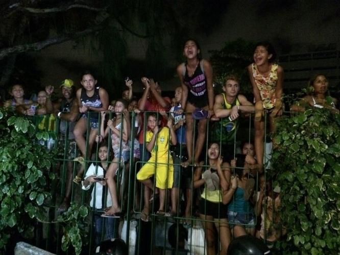 02.jul.2014 - Torcedores da seleção brasileira escalam grade para verem chegada da equipe a hotel em Fortaleza