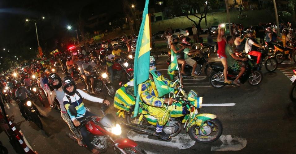 02.jul.2014 - Torcedores formam frota de motocicletas para acompanhar chegada da seleção brasileira em Fortaleza