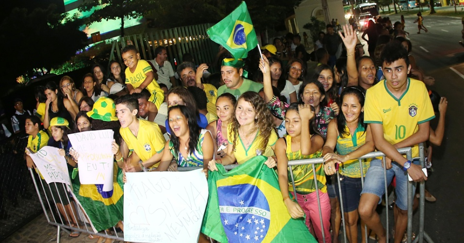 02.jul.2014 - Torcedores se aglomeram em chegada da seleção brasileira a hotel de Fortaleza