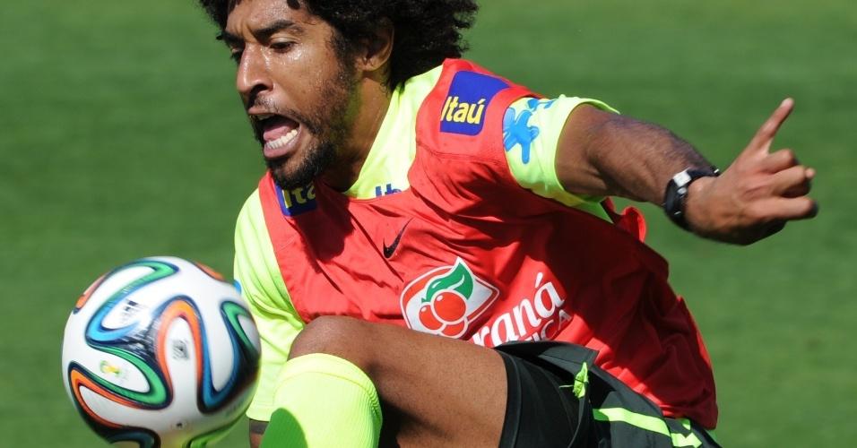02.jul.2014 - Zagueiro Dante se esforça para dominar bola durante treinamento da seleção brasileira na Granja Comary