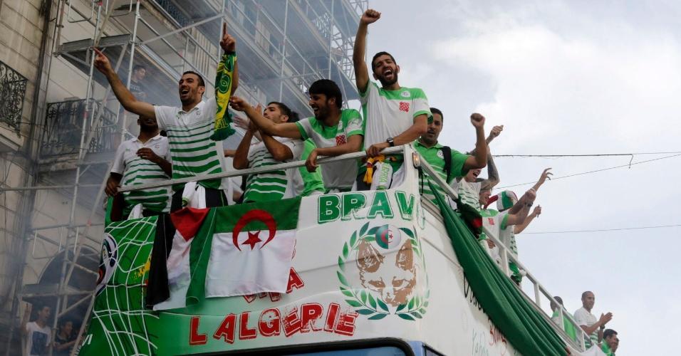 02.jun.2014 - Jogadores e integrantes da comissão técnica da Argélia desfilaram em carro aberto no retorno da seleção a seu país