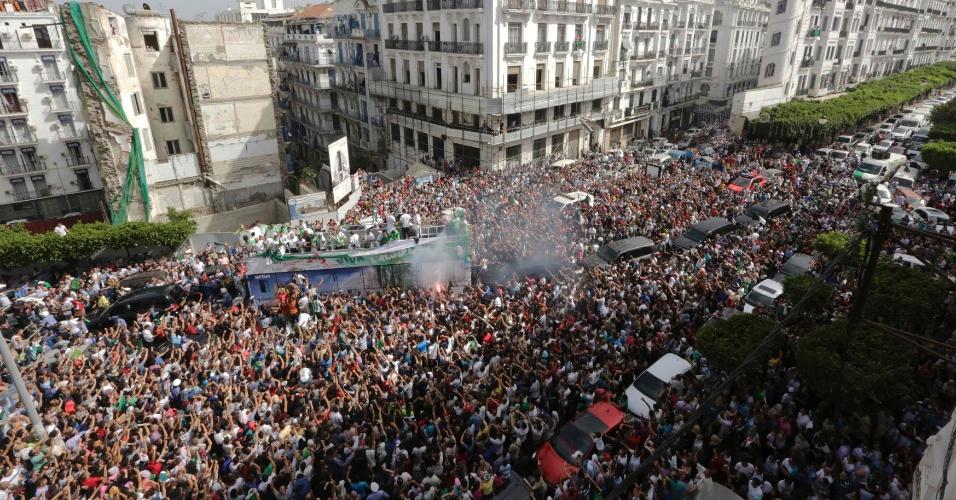 02.jun.2014 - Multidão de pessoas recepcionou os jogadores com muita festa nas ruas da capital Argel