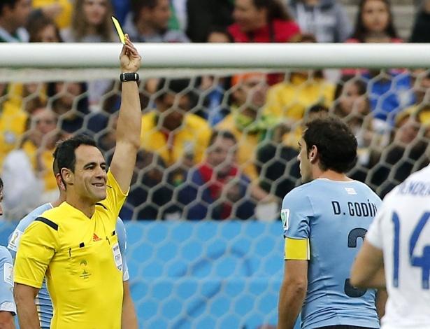 Carlos Velasco mostra cartão amarelo para Diego Godín durante a vitória do Uruguai sobre a Inglaterra