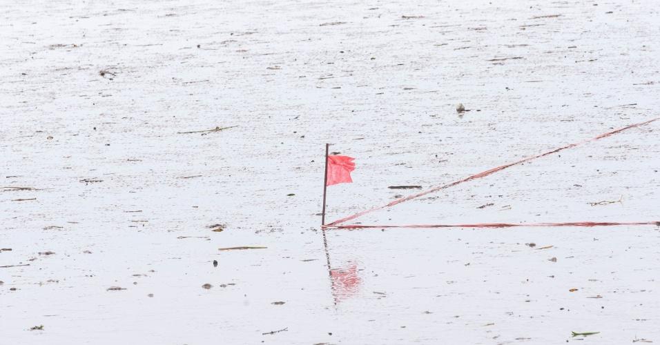 As marcações laterais com fitas assim como trave e bandeirinhas de escanteios são colocada minutos antes do início da partida