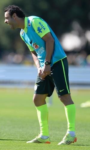 Atacante Fred treina com colete dos reservas em coletivo da seleção brasileira na Granja Comary