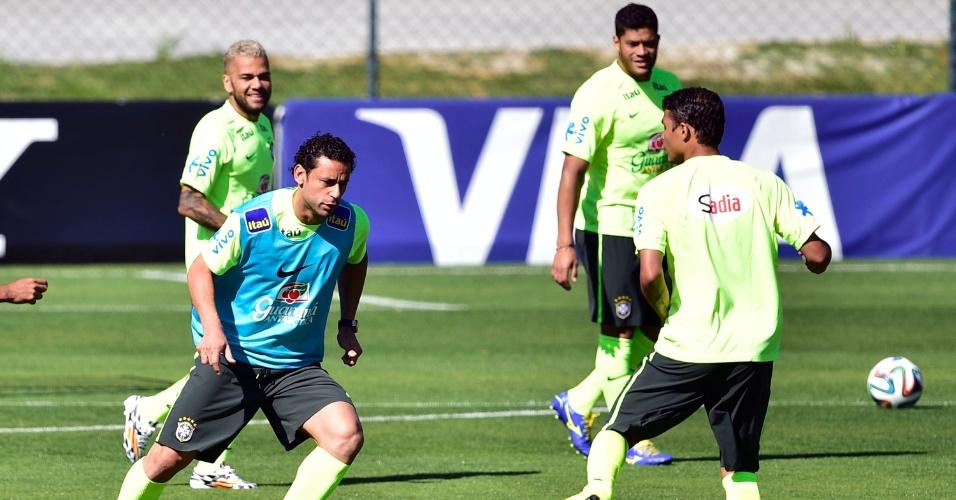 Atacante Fred treina entre os reservas em coletivo da seleção brasileira na Granja Comary