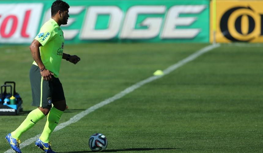 Atacante Hulk durante treino da seleção brasileira na Granja Comary