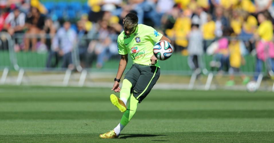 Atacante Neymar executa cobranças de falta em treino da seleção brasileira na Granja Comary