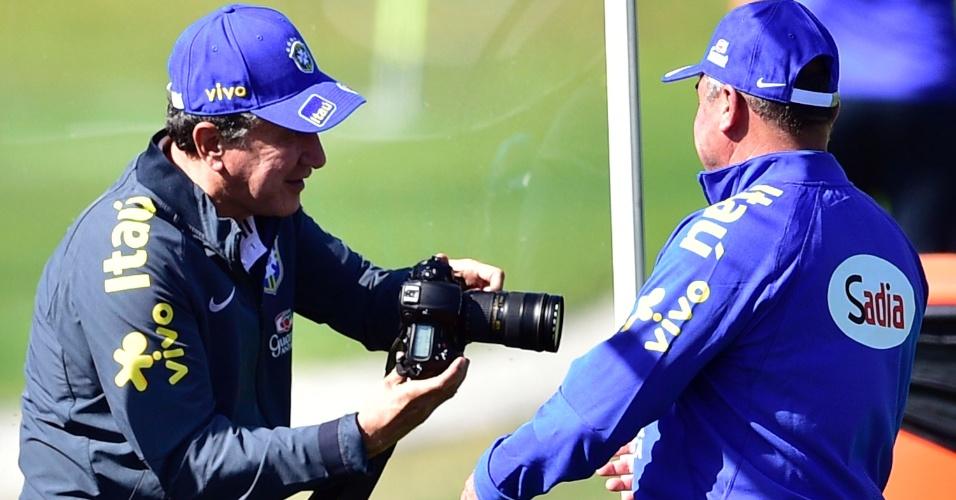 Coordenador técnico Carlos Alberto Parreira tira fotos durante o treinamento da seleção brasileira na Granja Comary