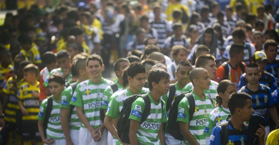 Crianças de escolhinhas de futebol comparecem à cerimônia em homenagem a Andres Escobar