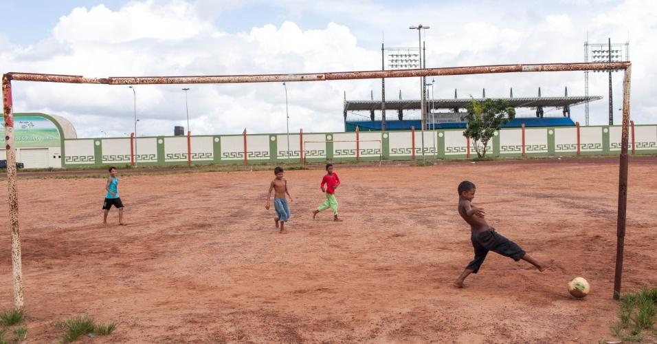 Crianças jogam bola em frente o estádio oficial do Amapá, o Zerão, que tem a linha do meio de campo como divisa para os dois hemisférios, cada lado do campo fica em um hemisfério