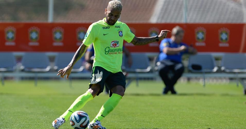 Daniel Alves tenta cruzamento em treino da seleção brasileira na Granja Comary