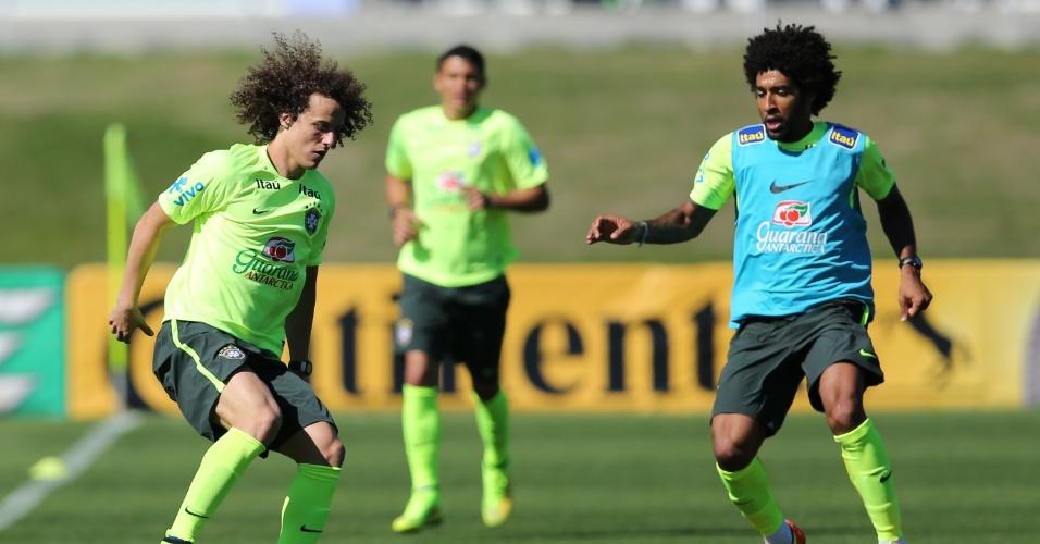 David Luiz protege bola durante treinamento da seleção brasileira na Granja Comary