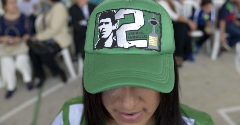 Fã homenageia Andrés Escobar em cerimônia que lembra os 20 anos da morte do zagueiro colombiano