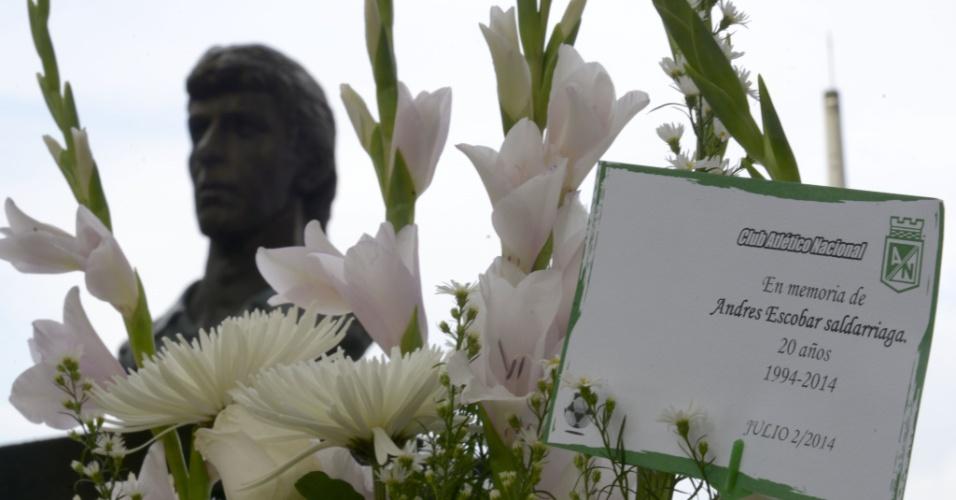 Flores e mensagem do Atlético Nacional no monumento em homenagem a Andrés Escobar