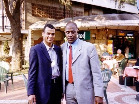 Fofana com o ex-jogador Cafu. Jogador participou de amistoso organizado por empresário na Chechênia