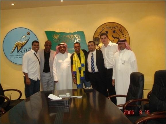 Fofana (segundo da esq para dir) em foto de apresentação de Denilson no clube árabe Al-Nassr, em 2006