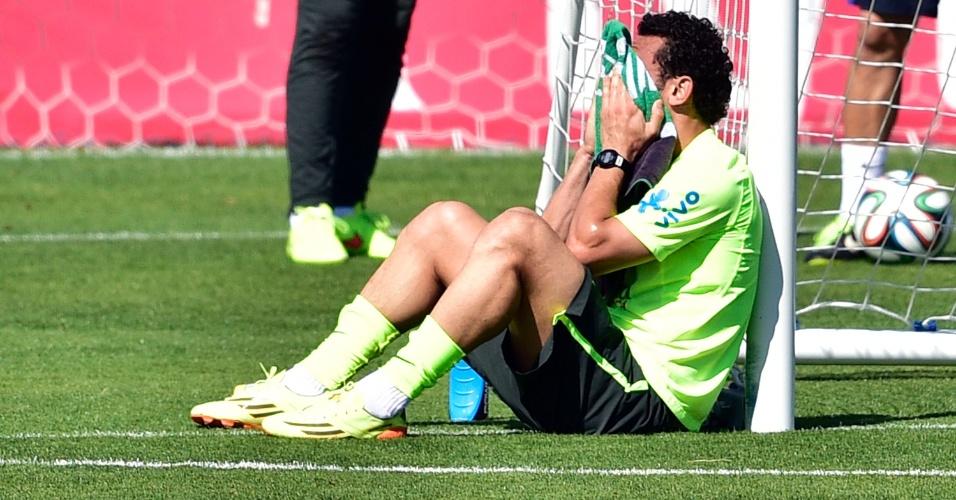Fred descansa durante treino da seleção brasileira na Granja Comary