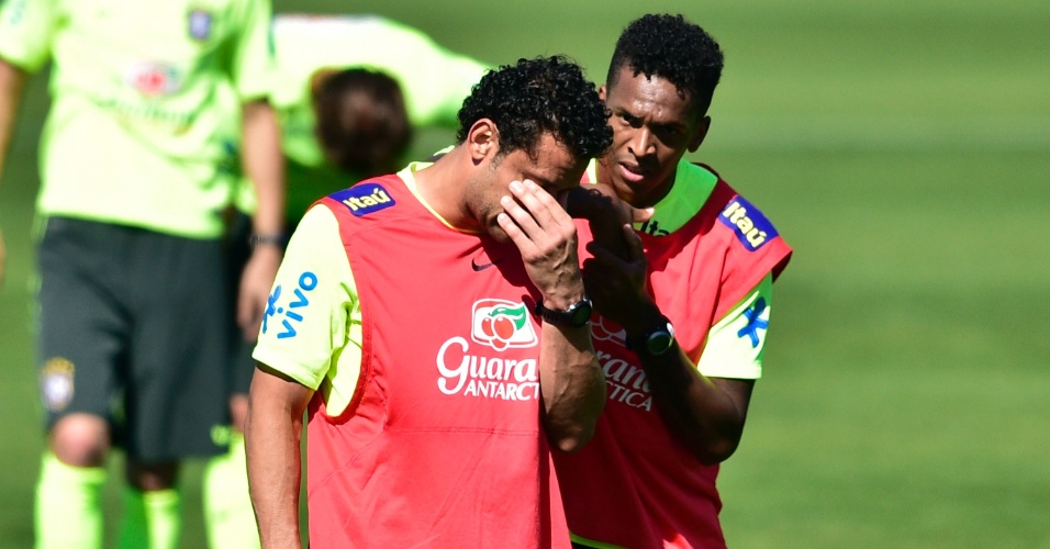 Fred e Jô conversam durante treino da seleção brasileira na Granja Comary