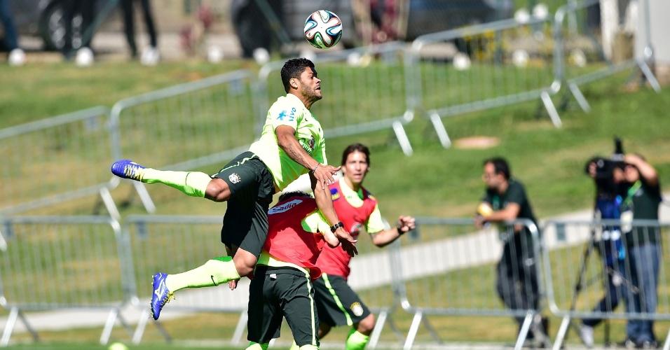 Hulk salta para alcançar bola durante treino coletivo da seleção brasileira na Granja Comary