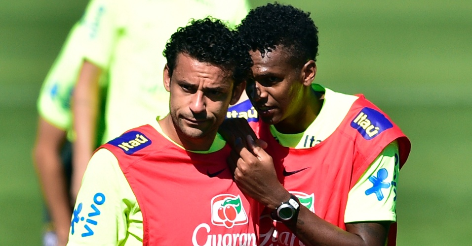 Jô conversa com Fred durante treinamento da seleção brasileira na Granja Comary