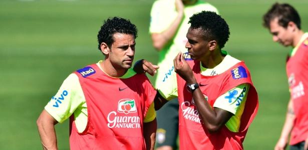 Jô gesticula com Fred durante treinamento da seleção brasileira na Granja Comary, em Teresópolis