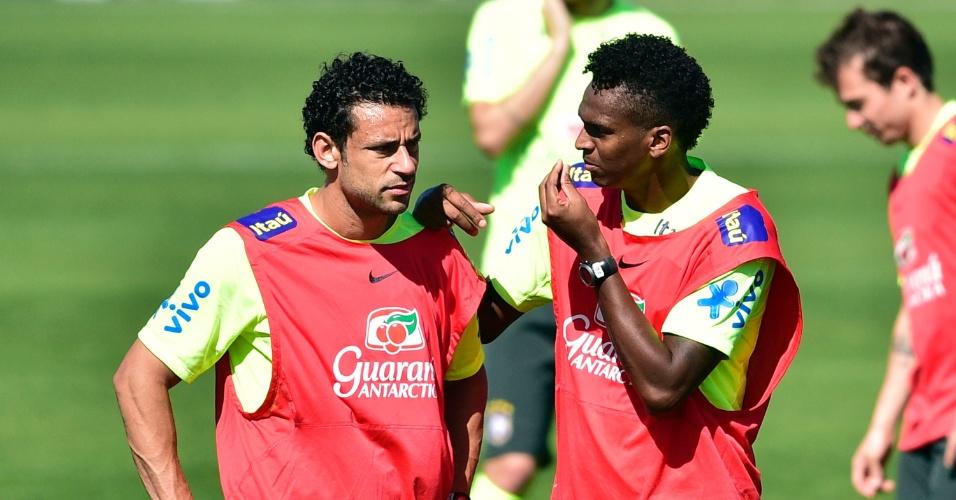 Jô gesticula com Fred durante treinamento da seleção brasileira na Granja Comary