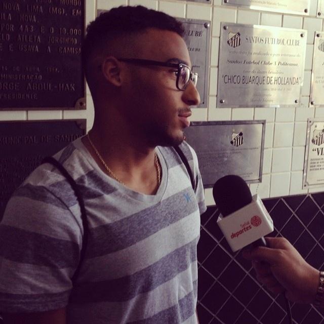 Joshua, filho de Pelé, acompanhou o treino da Costa Rica das arquibancadas da Vila Belmiro