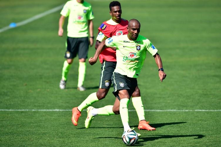 Maicon controla bola durante treino da seleção brasileira na Granja Comary