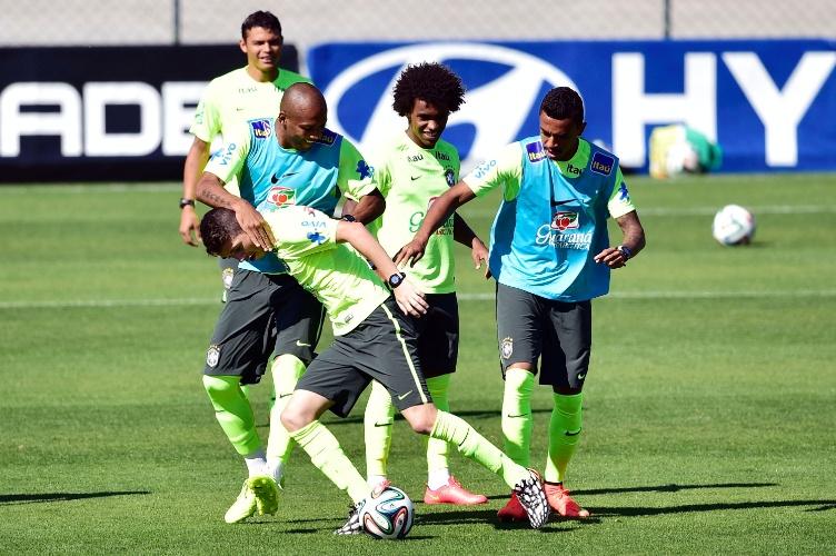 Meia Oscar tenta manter posse de bola durante coletivo da seleção brasileira na Granja Comary