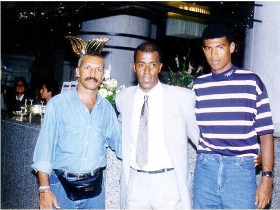 Mohamadou Lamine Fofana com os ex-jogadores Júnior e Júnior Baiano