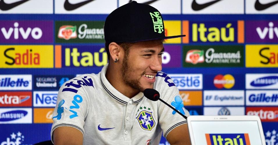 Neymar, atacante da seleção brasileira, sorri em coletiva de imprensa na Granja Comary