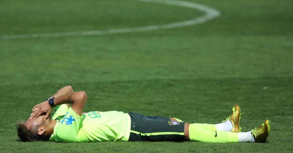 Neymar deita no gramado da Granja Comary durante treino da seleção brasileira