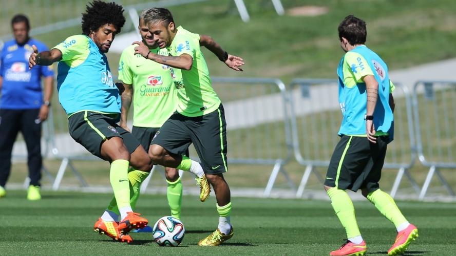 Neymar e Dante disputam bola em treino da seleção brasileira na Granja Comary
