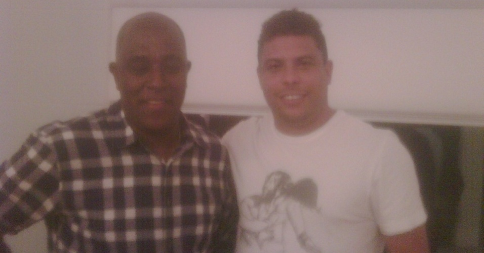O argelino também tem foto com o ex-jogador Ronaldo, membro do Comitê Organizador da Copa