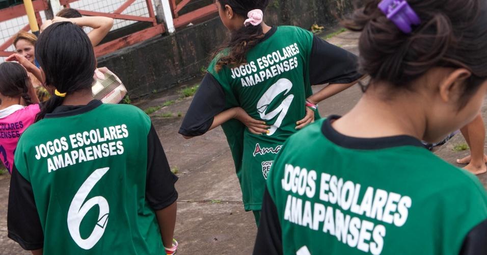 O futelama é o futebol jogado na lama do rio Amazonas, que duas vezes por dia se recolhe e deixa uma faixa de praia lamacenta onde os macapaenses jogam um estilo nativo de futebol, que tem federação e campeonato estadual. Crianças jogam o futelama na orla do rio Amazonas com a mare baixa.