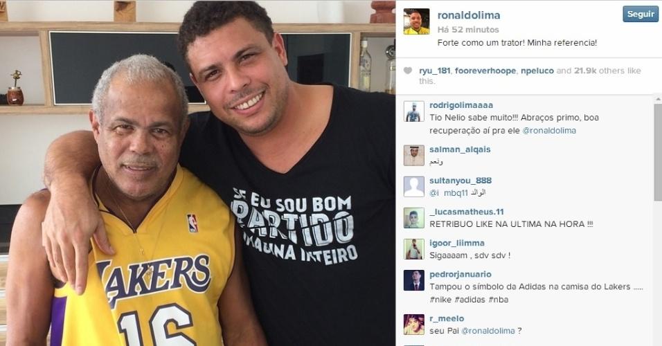 Ronaldo posa com seu pai, Nélio, mostrando que ele se recuperou bem de uma pneumonia