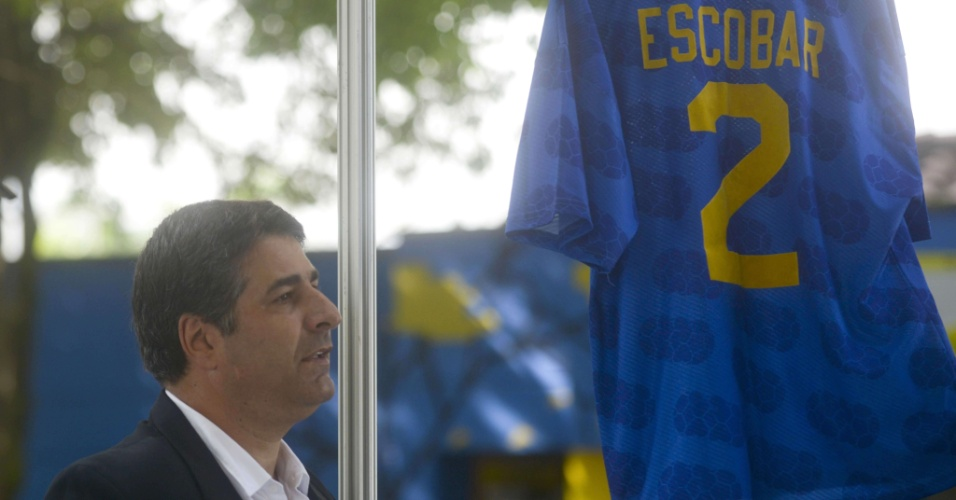Santiago Escobar, irmão de Andrés Escobar, durante cerimônia que lembra os 20 anos do assassinato do zagueiro colombiano