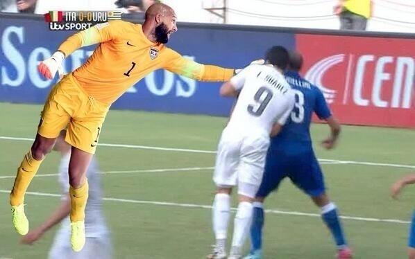 Suárez não teria mordido Chiellini se Howard estivesse em campo