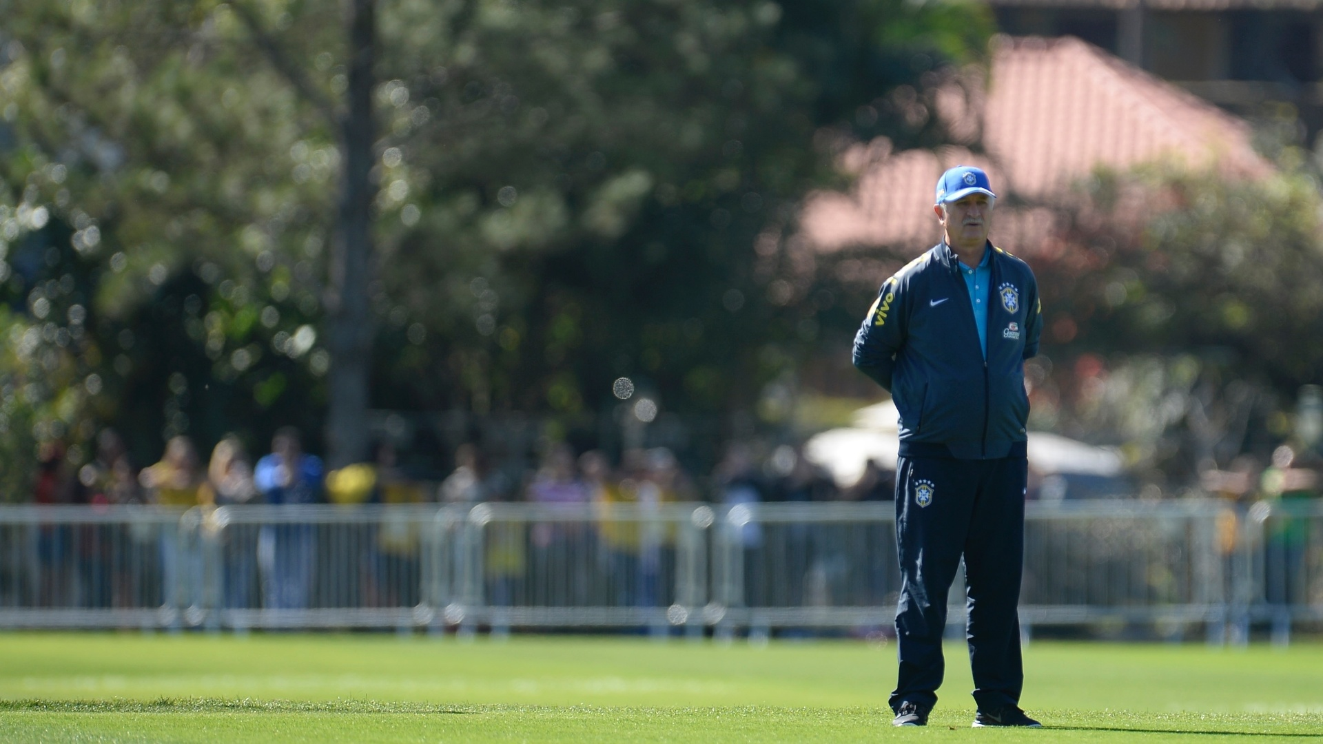 Técnico Luiz Felipe Scolari observa treino da seleção brasileira na Granja Comary