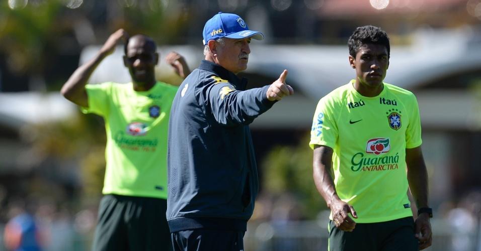 Técnico Luiz Felipe Scolari orienta Paulinho durante treino da seleção brasileira na Granja Comary