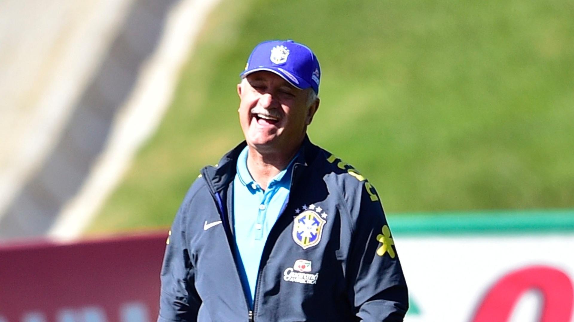 Técnico Luiz Felipe Scolari sorri durante sessão de treinamento da seleção brasileira na Granja Comary